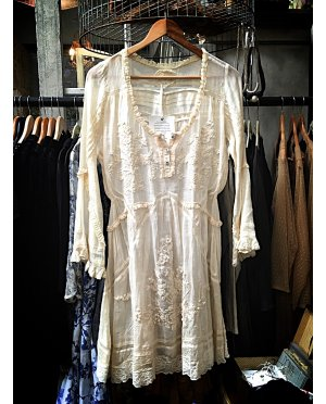 Gado Gado | Long-sleeved embroidered cotton lace tunic / blouse